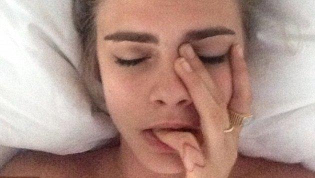 Cara Delevingne knabbert noch an der Frage: Aufstehen oder liegen bleiben? (Bild: Instagram.com/caradelevingne)