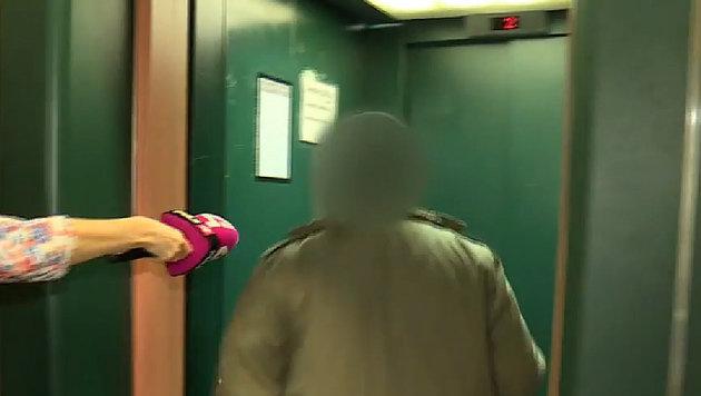 Der Flüchtlingshelfer eilte nach dem Auszug aus dem Gerichtssaal in den Lift. (Bild: puls4.com)