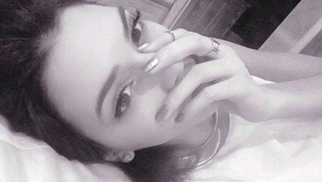 Kendall Jenner verzichtet auch im Bett nicht auf ihre Fake-Lashes. (Bild: Instagram.com/kendalljenner)