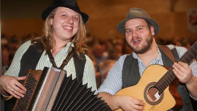Show für sich: Thom und Basti aus Bayern, echte Stimmungskanonen. (Bild: Franz Neumayr)