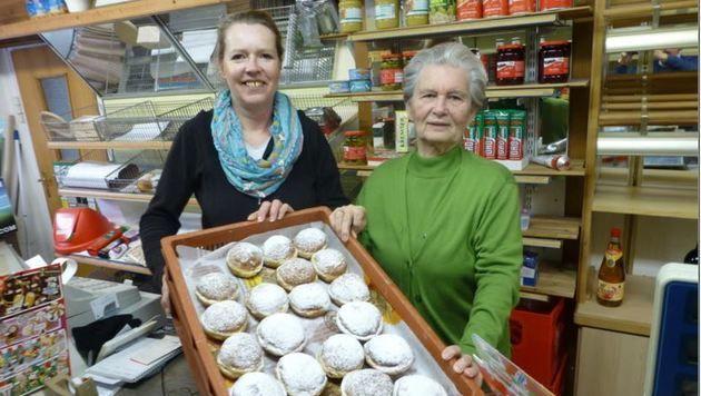 Elke Ellinger (links) mit ihrer Schwiegermutter Gertrud. (Bild: Wolfgang Weber)
