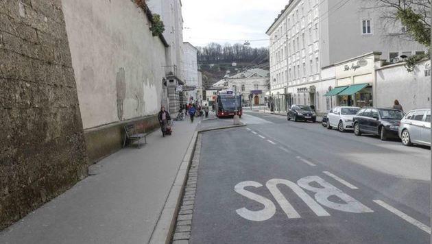 Vor allem in der Paris-Lodron-Straße werden Touristen abgesetzt (Bild: Markus Tschepp)