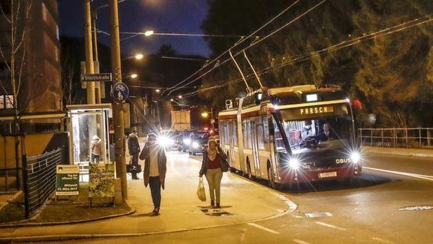 Stau sogar nachts an der Bushaltestelle Gaisbergstraße. (Bild: Markus Tschepp)