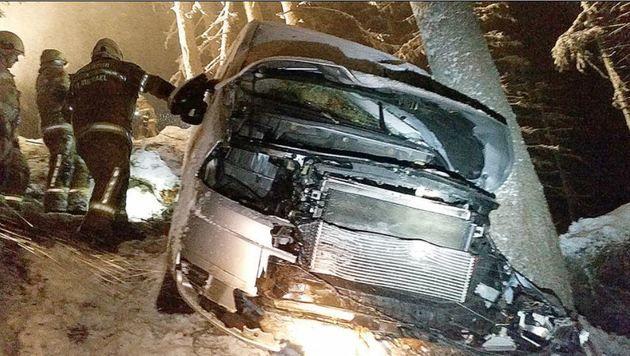 Der demolierte Wagen wurde am Sonntag geborgen, ein Baum stoppte den weiteren Absturz (Bild: Roland Holitzky)