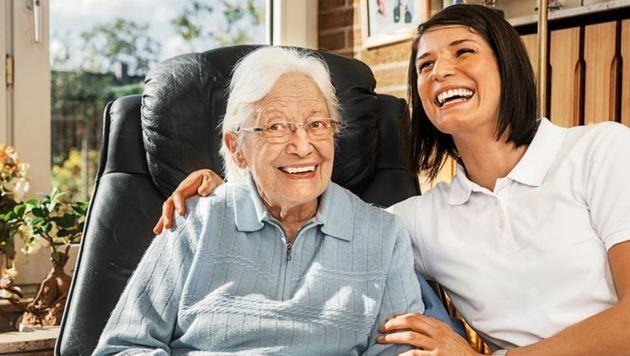 Gute Senioren-Betreuung muss gut entlohnt werden: In Uttendorf stagnierte aber die Bezahlung (Bild: Fotolia/Ingo Bartussek)