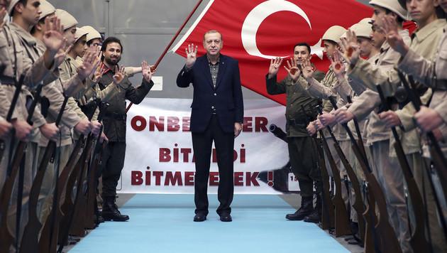 Präsident Recep Tayyip Erdogan mit türkischen Soldaten (Bild: AP)