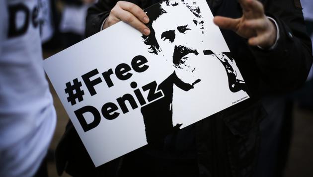 TV-Stars zeigen Solidarität für Deniz Yücel (Bild: AP)