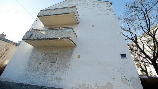 Kaputte Fassaden, desolate Fenster, keine Wärmedämmung - die Mängelliste des Gemeindebaus ist lang. (Bild: Reinhard Holl)