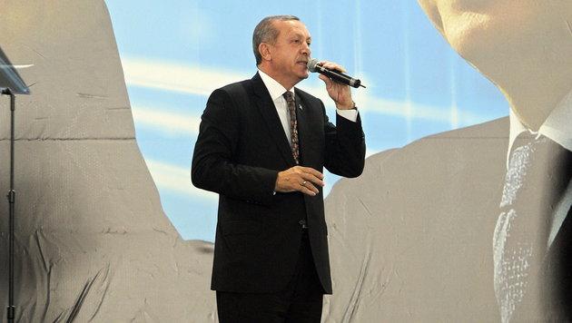 Erdogan lässt die Türken auch im Ausland nicht in Ruhe. Er wirbt fleißig für die Verfassungsreform. (Bild: APA/EPA/HANS PUNZ)