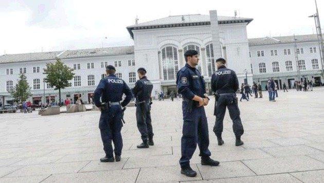Kontrolle beim Bahnhof: Die Salzburger Polizei ist im Einsatz! (Bild: Markus Tschepp)
