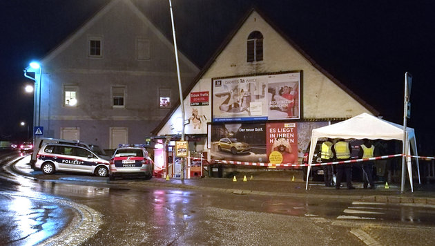 Die Polizei am Ort des Geschehens (Bild: APA/ROLAND THENY/FILMTEAM-AUSTRIA)