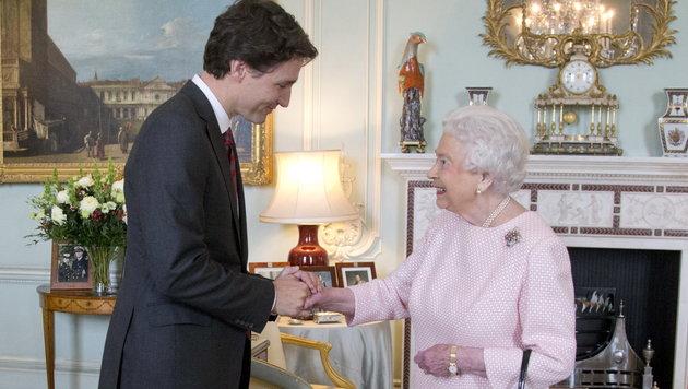 Trudeau hält Händchen mit der Queen (Bild: Viennareport)