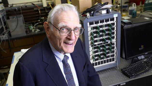 John Goodenough, einer der Väter der Lithium-Ionen-Batterie, hat die Glas-Batterie vorgestellt. (Bild: Universität Texas)
