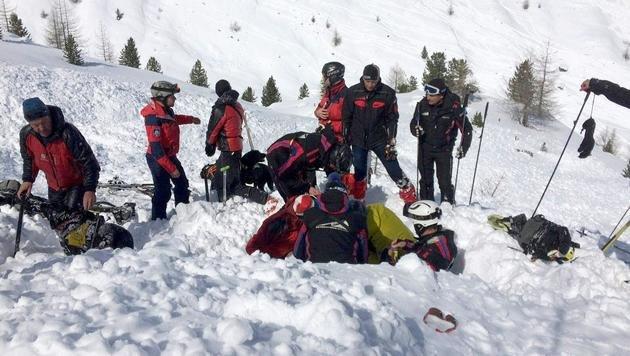 Der in Sölden verschüttete Snowboarder wurde von Bergrettern aus der Lawine gezogen. (Bild: APA/ZEITUNGSFOTO.AT)