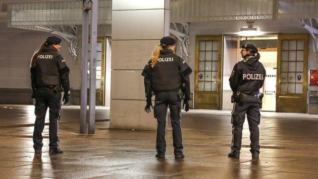 Wegen der Drohung wurde auch das Bahnhofsgebäude evakuiert. Die Folge: stundenlange Wartezeiten. (Bild: Markus Tschepp)