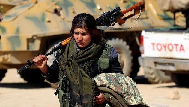 Eine kurdische Kämpferin in der Nähe der IS-Bastion Rakka (Bild: AFP)