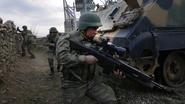 Einheiten der türkischen Armee bereiten sich auf ihren Einsatz in Syrien vor. (Bild: ASSOCIATED PRESS)