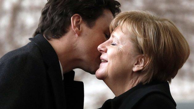 Kanzlerin Merkel begrüßt Trudeau mit einem Wangenküsschen. (Bild: EPA)