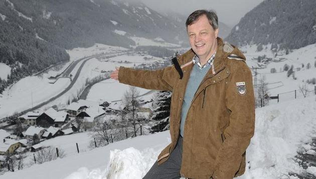 Bürgermeister Alfred Pfeifenberger blickt auf die schneebedeckte Einhausung auf der A10. (Bild: Roland Holitzky)
