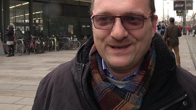 Riesenschlangen vor Wiens Sozialhilfestellen (Bild: krone.tv)