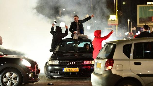 Türkische Demonstranten blockieren eine Straße in Rotterdam. (Bild: AFP)