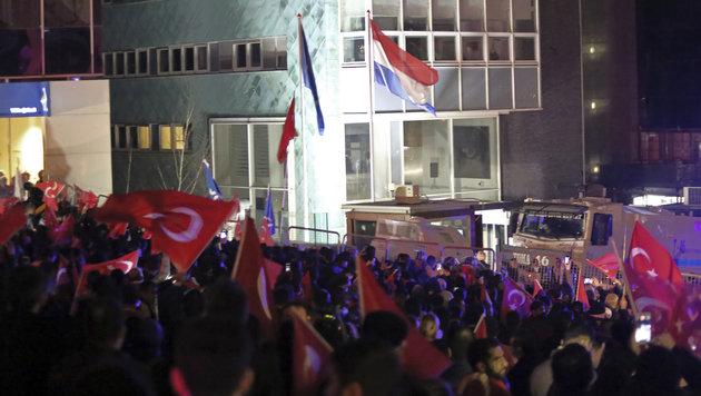 Demonstranten vor der niederländischen Botschaft in Ankara (Bild: The Associated Press)