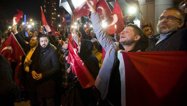 Türkische Demonstranten (Bild: AP)
