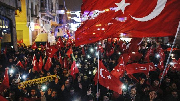 Proteste von Türken gegen die Niederlande (Bild: Associated Press)