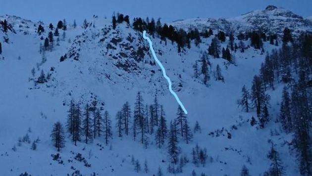 Der 19-jährige Brite stürzte an der im Bild gekennzeichneten Stelle 100 Meter über die Felsstufen ab (Bild: Bergrettung Obertauern/Binggl)