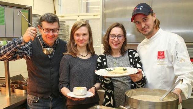 Gablerbräu-Küchenchef Andreas Zemasch mit dem litauischen Koch & Kunst-Trio (Bild: Neumayr)