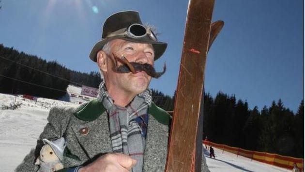 Nostalgie vom Scheitel bis zur Sohle: Sepp Aigner aus Mauterndorf im Ski-Outfit wie anno dazumal (Bild: Franz Neumayr)