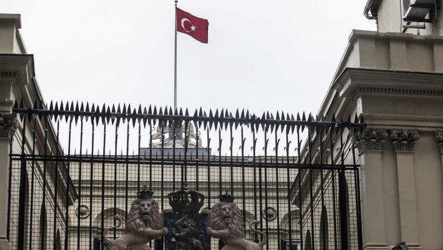 Die türkische Flagge am Dach des niederländischen Konsulats (Bild: ASSOCIATED PRESS)