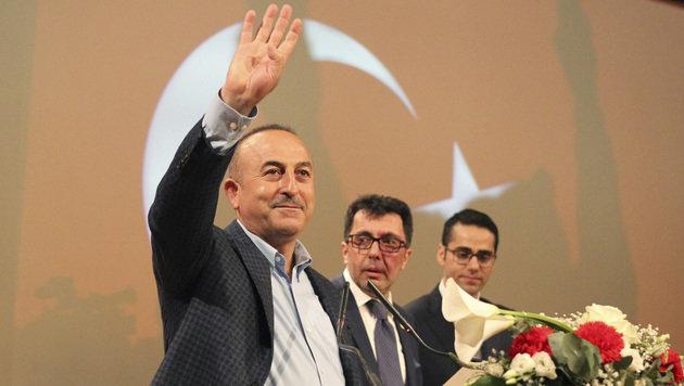 Außenminister Cavusoglu winkt seinen Landsleuten während einer Wahlveranstaltung in Metz zu. (Bild: ASSOCIATED PRESS)