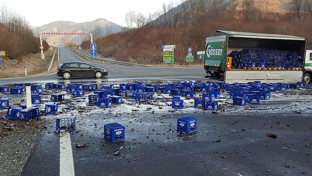 Lkw verliert auf Bundesstraße 200 Kisten Bier (Bild: FF Oberaich)