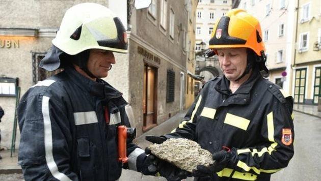 Feuerwehr mit einem der Brocken (Bild: Info-Z/Killer)