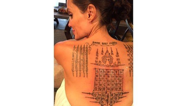 Dieses XXL-Tattoo ließ sich Angelina Jolie im Februar 2016 stechen. (Bild: splash news)