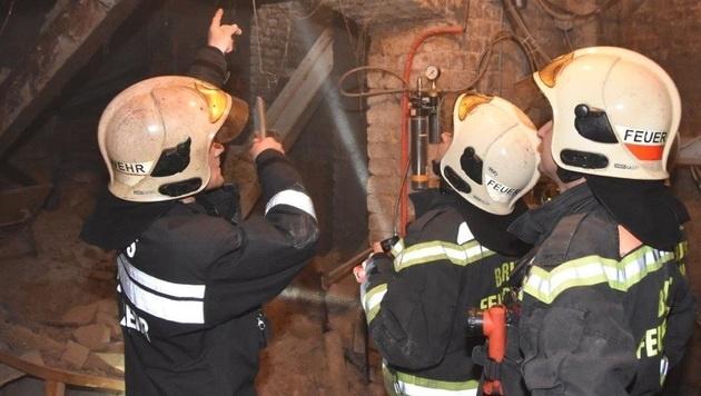 Die Feuerwehr brachte im Keller Stützen an, um ein weiteres Absenken des Bodens zu verhindern. (Bild: APA/MA 68 LICHTBILDSTELLE)