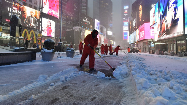 Schneeschaufler am Times Square in New York (Bild: AFP/Jewel Samad)