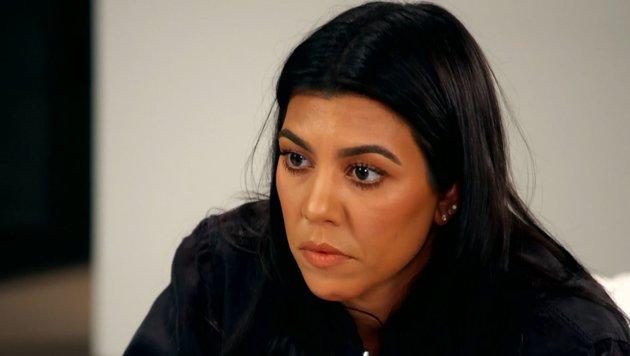 Kourtney Kardashian wird emotional als Kim von ihren schockierenden Erlebnissen in Paris erzählt (Bild: E! Entertainment)