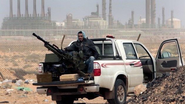 Ein Milizangehöriger vor dem Ölhafen von Ras Lanuf (Bild: ASSOCIATED PRESS)