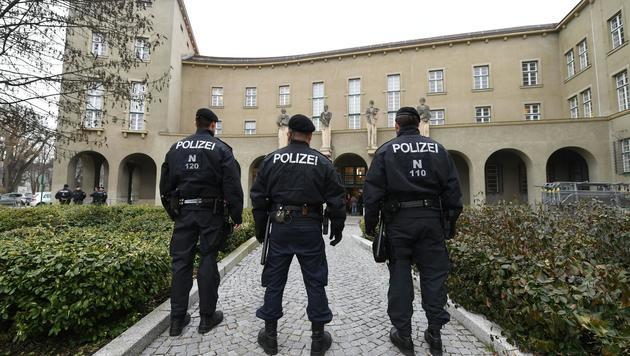 Polizei vor dem Gerichtsgebäude in Krems (Bild: APA/HELMUT FOHRINGER)