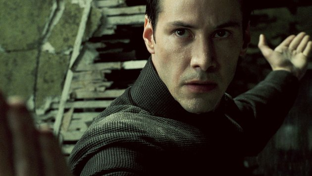 Keanu Reeves in seiner Paraderolle als Hacker Neo (Bild: Moviestore Collection/face to fa)