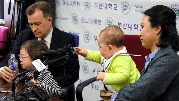 """""""Hallo? Was bist du?"""" Baby James interessiert sich auch bei der Pressekonferenz für die Details. (Bild: AFP)"""