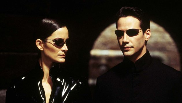 "Carrie-Anne Moss und Keanu Reeves 2003 in ""Matrix Reloaded"" (Bild: Moviestore Collection/face to fa)"