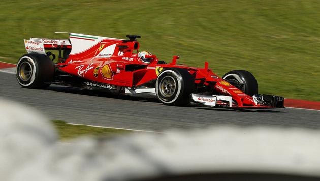 Ferrari-Star Sebastian Vettel bei Tests in Montmelo (Bild: AP)
