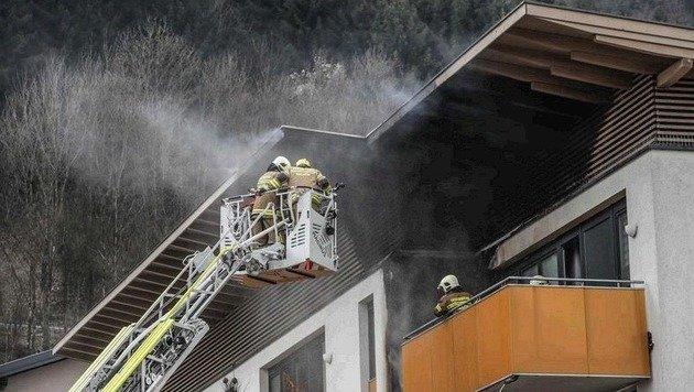 38 Feuerwehrleute samt dem Löschzug Dürrnberg konnten ein Ausbreiten der Flammen verhindern (Bild: Markus Tschepp)