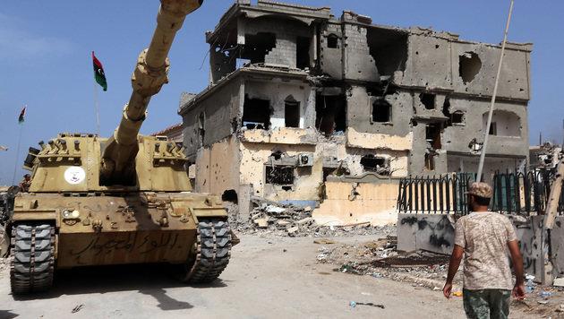 Ein Panzer der von der UNO gestützten Regierung der Nationalen Einheit in Sirte (Bild: AFP)