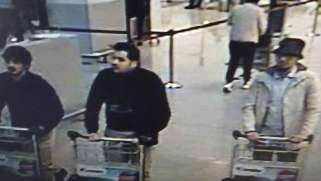 Oussama Atar (ganz rechts) am Flughafen in Brüssel (Bild: CCTV)