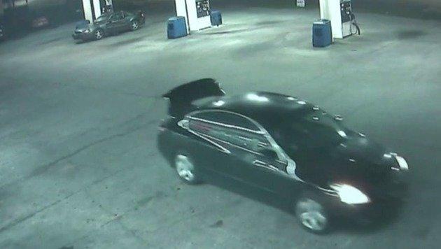 An der Tankstelle konnte die Frau den Kofferraumdeckel öffnen, ... (Bild: kameraOne)