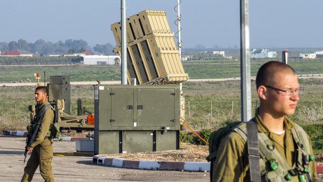 """Israelische Soldaten bewachen einen Stützpunkt des Raketenabwehrsystems """"Iron Dome"""". (Bild: AFP)"""